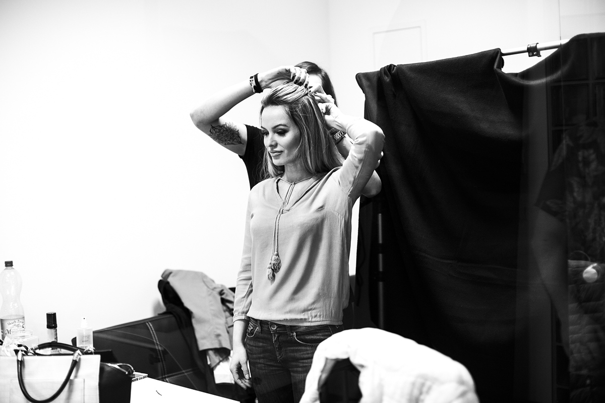 Zdjęcie reportażowe w stylu czrno-białym, zrobione podczas programu Mózg Aktywacja